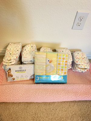 Huggies Size 1 Snug & Dry (3 Hooded Soft Terry Towels) for Sale in Red Oak, TX