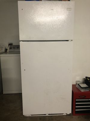 Frigidaire refrigerator and freezer for Sale in Deer Park, TX