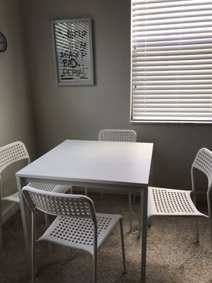 White table and 4 chairs for Sale in Lake Worth, FL