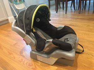 Graco snug ride car seat with base for Sale in Lexington, MA