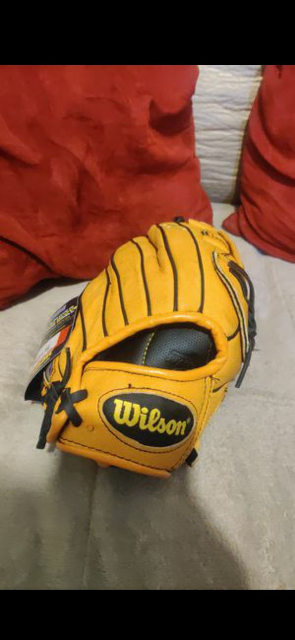 """Wilson baseball A450 11 """" for a person who throws with right hand"""