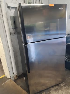 33IN. WHIRLPOOL STAINLESS STEEL TOP FREEZER REFRIGERATOR IN EXCELLENT CONDITION WORKING PERFECTLY for Sale in Baltimore, MD