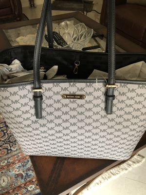 NEW Michael Kors Large Carryall Tote black & grey for Sale in Chula Vista, CA