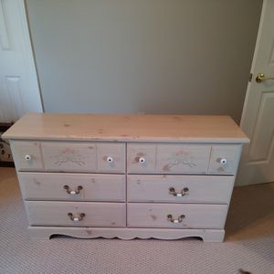 Free Girls Dresser With Attachable Mirror for Sale in Marlboro Township, NJ