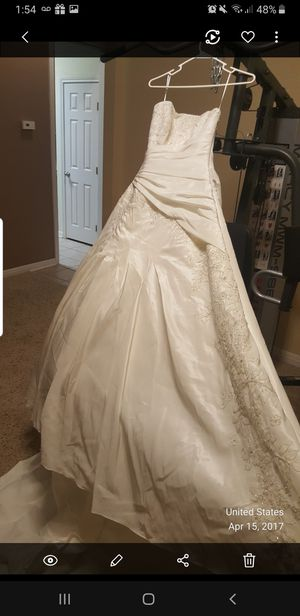 Wedding dress size 9/10 ivory new with lace and long train for Sale in Temple, TX