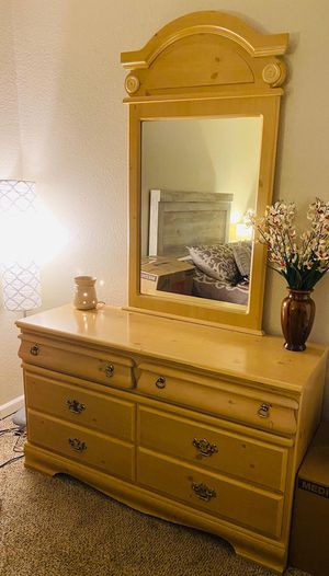 Dresser w/mirror combo for Sale in West Covina, CA
