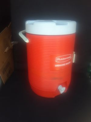 3 gallon Rubbermaid cooler with spout for Sale in Denver, CO