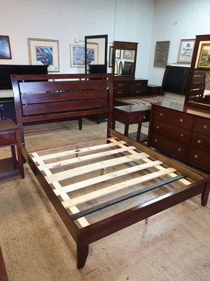 Queen size bedroom set real wood in excellent condition for Sale in Plantation, FL