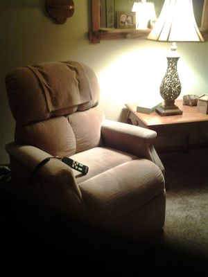 Reclining lift chair tan color purfect condition for Sale in Wichita, KS