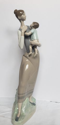 Lladró figurine, Madre with Child. for Sale in Lynnwood,  WA
