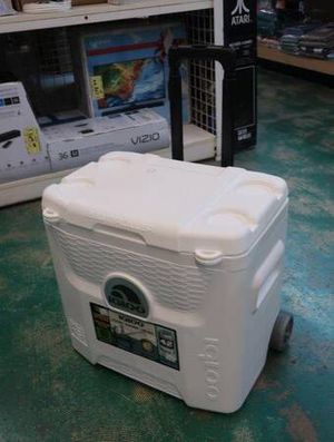 Igloo 28 Qt Portable Camping Cooler with Wheels in White for Sale in Scottsdale, AZ
