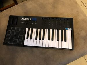 Alesis VI25 key keyboard for music production & Live shows. for Sale in North Las Vegas, NV