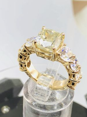 7.2 carat diamond gold ring the center stone is 4,03 ct fancy caution cut for Sale in Houston, TX