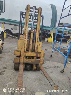 Yale FORKLIFT 4000LB RUNS DRIVES NEEDS BRAKES RUNS STRONG NEEDS TLC MORE INFO CONTACT OLIVER for Sale in Miami, FL