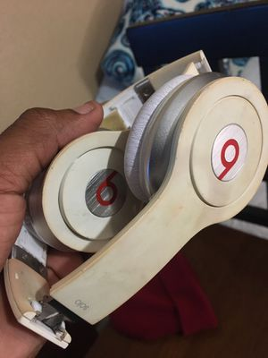 Solo White Beats By Dre Headphones w/ iPhone Jack and Aux Cord for Sale in Houston, TX