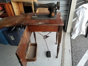 Antique Singer Sewing Machine w/cabinet & foot pedal for Sale in Tucson, AZ
