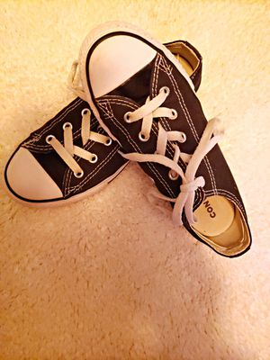 FAIRLY NEW KIDS CONVERSE BLACK AND WHITE SIZE 2 for Sale in Nashville, TN