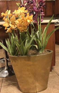 Plant over 3 ft tall with metal pot for Sale in Bartow,  FL