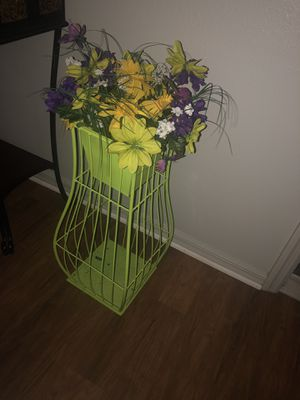 Lime green metal flower pot for Sale in Wahneta, FL