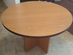 Mid-sized Round Table for Sale in Crum Lynne, PA