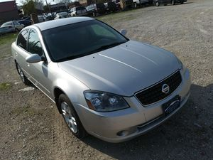 2005 Nissan Altima silver heated seats for Sale in St. Louis, MO