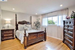 Solid wood 5 piece four poster bed for Sale in Union City, CA