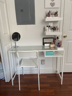 Vanity set with shelves and chair for Sale in Jersey City, NJ