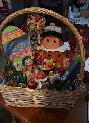 Holiday Decor Gift Basket for Sale in Weldon Spring, MO