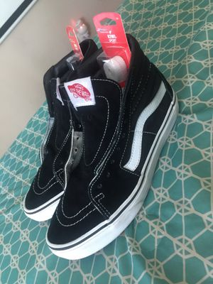 Vans size 6 in men 7.5 in women's come with 2packs of brand new Shoes strings black and white for Sale in Stone Mountain, GA