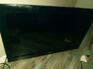 Lg 40 in flat screen with wall mounts attatched for Sale in Fort Worth, TX