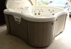 Amore Bay 7 Person Hot Tub 60 Jet (104″ x 82″) Lots of settings List Retail $22k for Sale in Maricopa, AZ