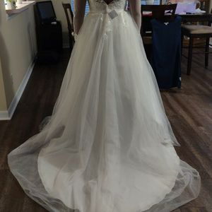 Vintage Wedding Dress With Vail And underskirt for Sale in Riverview, FL