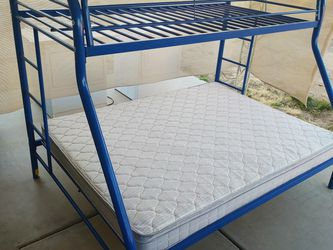 Metal bunk bed with queen bottom mattress 135dlls for Sale in Phoenix,  AZ