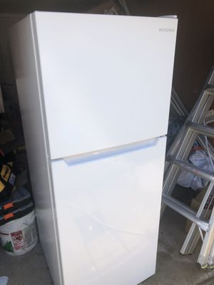 Insignia 10.5 Cu Ft Top Freezer /Refrigerator White for Sale in Philadelphia, PA