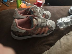ADIDAS SUPERSTAR SIZE 6 WOMENS GREAT CONDITION for Sale in Columbus, OH