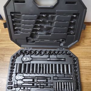 BRAND NEW, Husky 1/4 in., 3/8 in. and 1/2 in. Mechanics Tool Set (105 piece) H100105MTSN , NUEVO for Sale in Los Angeles, CA