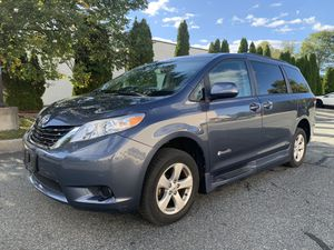 2014 Toyota Sienna Braun Handicapped Side Access Van for Sale in Rockville, MD