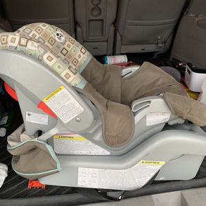 Graco Infant Car Seat And Base for Sale in Canton, MI