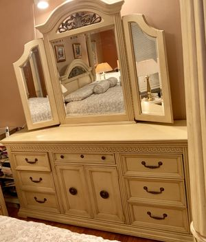Broyhill King Bedroom Set w/Pillow top mattress for Sale in Queens, NY