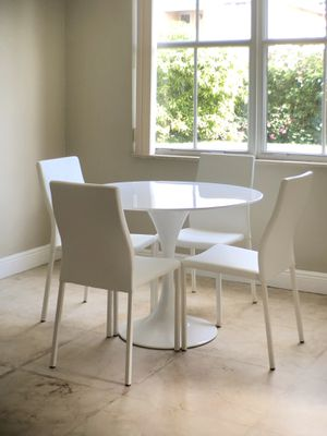 BRAND NEW !! MODWAY MODERN WHITE DINNING SET !! BREAKFAST OR DINING TABLE SET !! COST $900 !! WHITE GLOSS ROUND TABLE & 4 LEATHER CHAIRS !! for Sale in Miami Gardens, FL