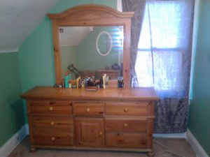 I have a high-end Ashley 5 piece bedroom set for Sale in Cleveland, OH