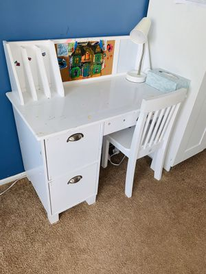 KidsKraft table with chair set for Sale in Staten Island, NY