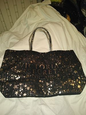 NEW VICTORIA'S SECRET TOTE BAG WITH ZIPPER XL SIZE for Sale in Detroit, MI