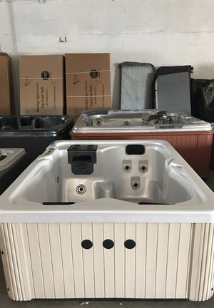 Preowned Master hot tub for 3 with warranty! for Sale in Fort Lauderdale, FL