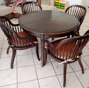 Kitchen Table Solid wood round with leather seats. for Sale in Boca Raton, FL