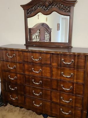 Dresser with 15 drawers/mirror, Cal King Bed, two three drawer nightstands for Sale in Gardena, CA