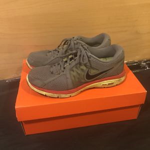 Nike running sneakers size 8 grey for Sale in Mountainside, NJ