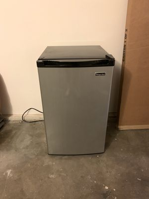 Magic Chef 4.4 Cu Ft Refrigerator w/ Freezer for Sale in Los Angeles, CA