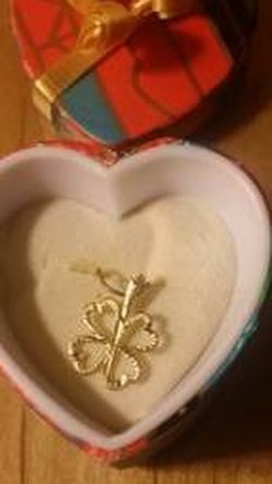 14K yellow gold 4 leaf clover charm / pendant(Includes gift box) for Sale in Danvers,  MA