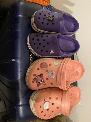 Semi Nuevo crocks 11-1 sizes for Sale in Elgin, IL